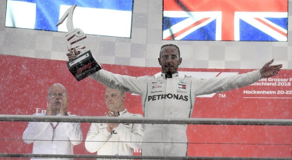 Hamilton  festeggia la vittoria del GP di Germania sotto la pioggia